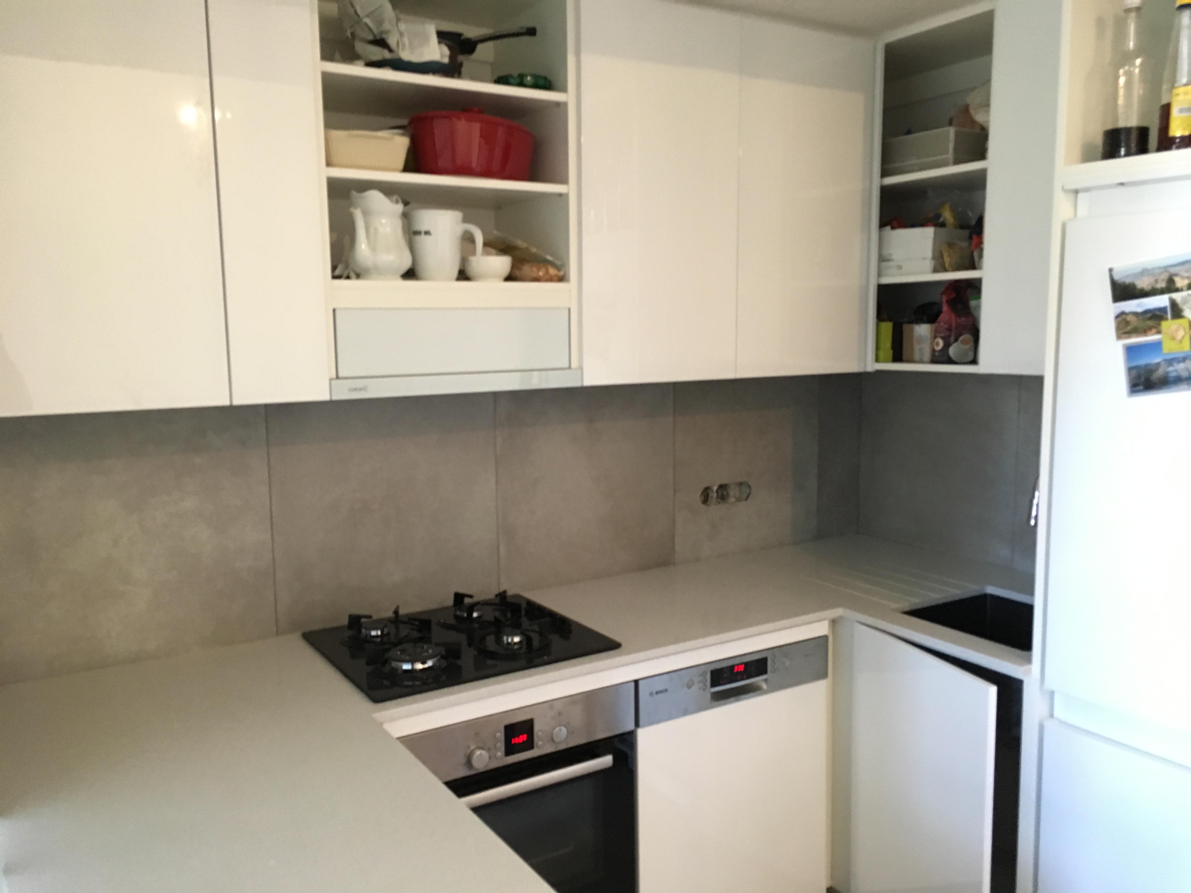 Obklad kuchyně velkoformátovou dlažbou