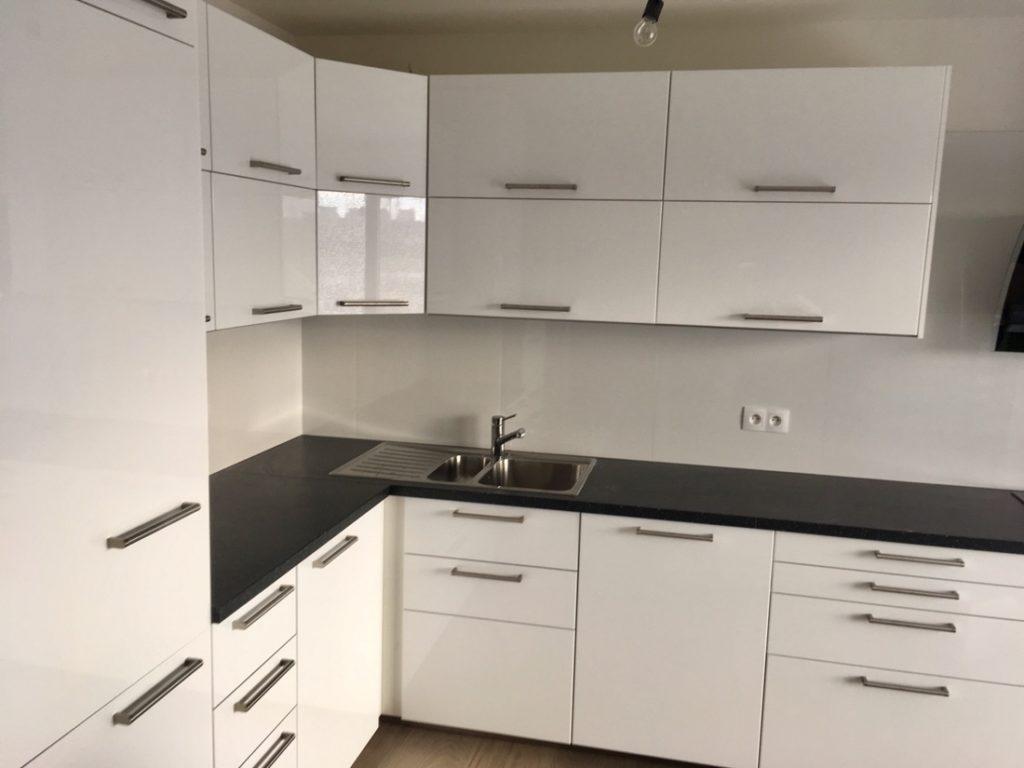 Kuchyňská linka IKEA RINGHULT v bílé lesklé barvě.